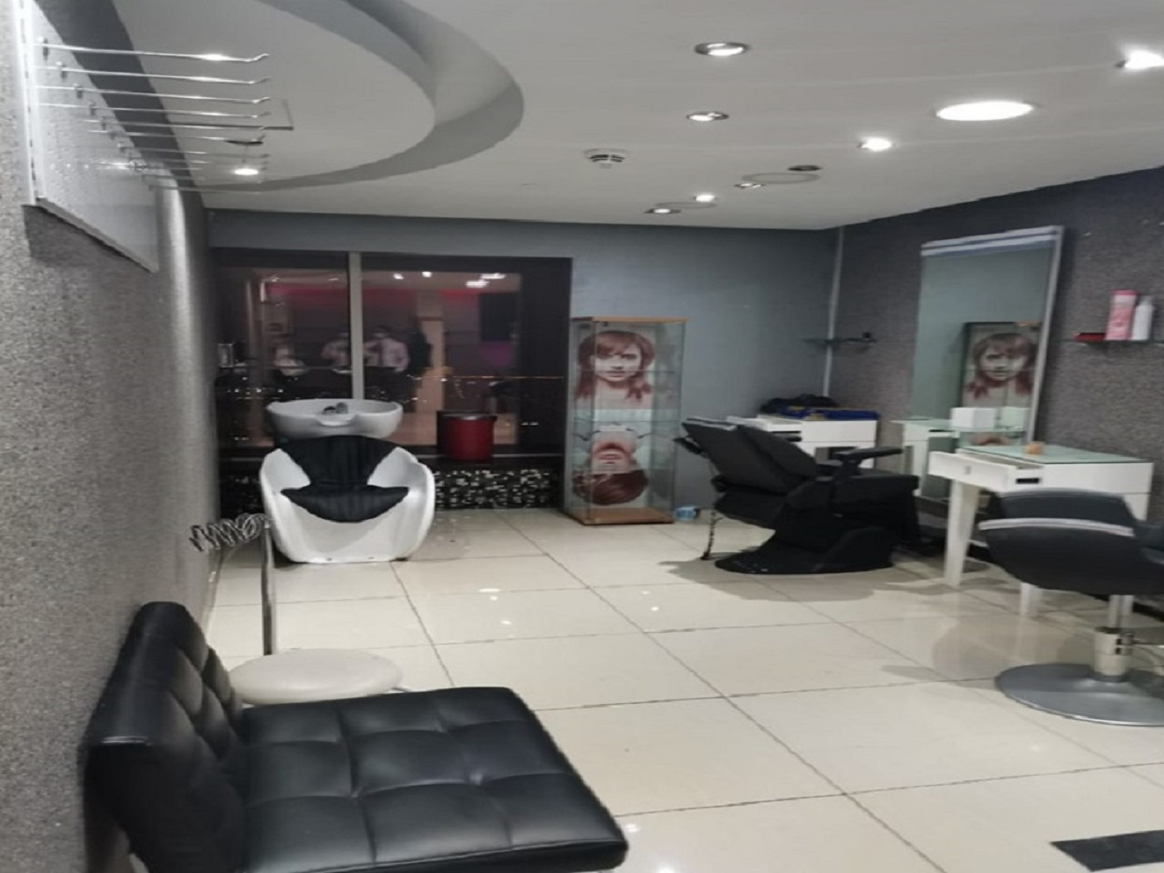 Fully_Equipped_Ladies_Salon_inside_4_Star_Hotel_557